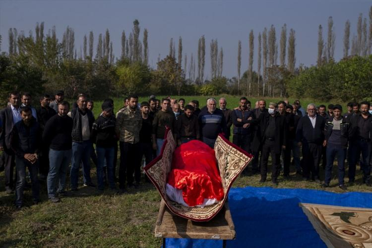 <p>Cenaze töreninde Hacıyev'in yakınları gözyaşı döktü.</p>