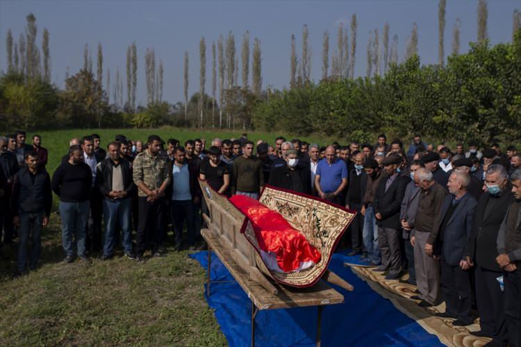 <p>Misket bombası saldırısında hayatını kaybeden Azerbaycanlı 21 sivil farklı köylerde düzenlenen cenaze töreniyle son yolculuklarınauğurlandı.</p>  <p></p>