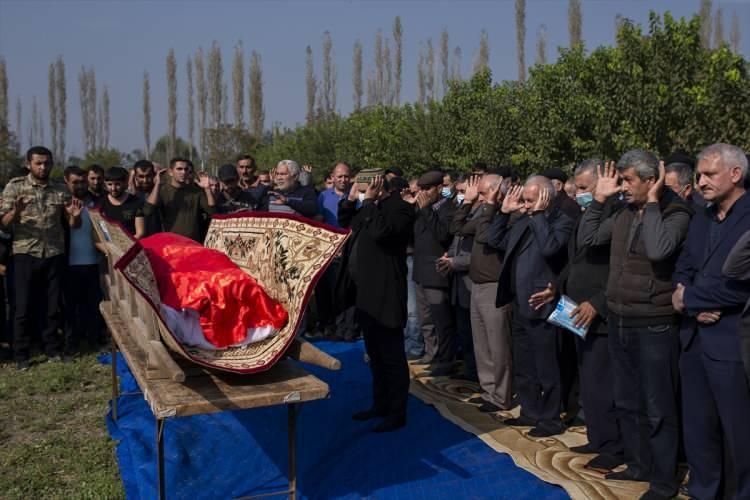 <p>Hayatını kaybedenlerin bir kısmı, Berde'deki kent mezarlığına, bir kısmı da yakın köylerde bulunan mezarlıklara defnedildi.</p>  <p></p>