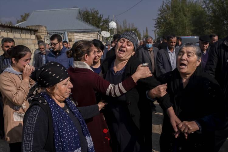 <p>Saldırı sırasında eşiyle doktordan çıkıp eczaneden ilaç almak isterkenmisket bombasının isabet etmesi sonucu ölen 51 yaşındaki Fazıl Hacıyev de bugün toprağa verilenler arasındaydı.</p>  <p></p>