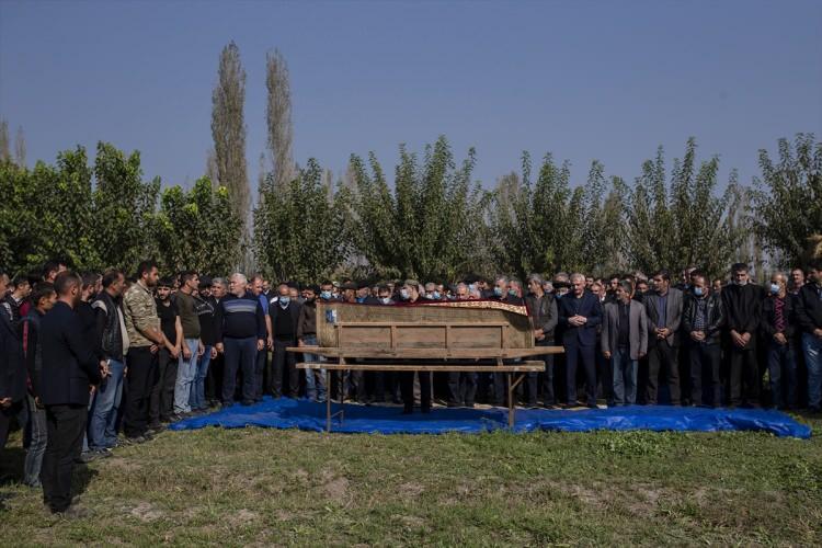 <p>Hacıyev, Berde'nin Niftçi köyünde kılınan cenaze namazı sonrası yakınları tarafından köy mezarlığında defnedildi.</p>  <p></p>
