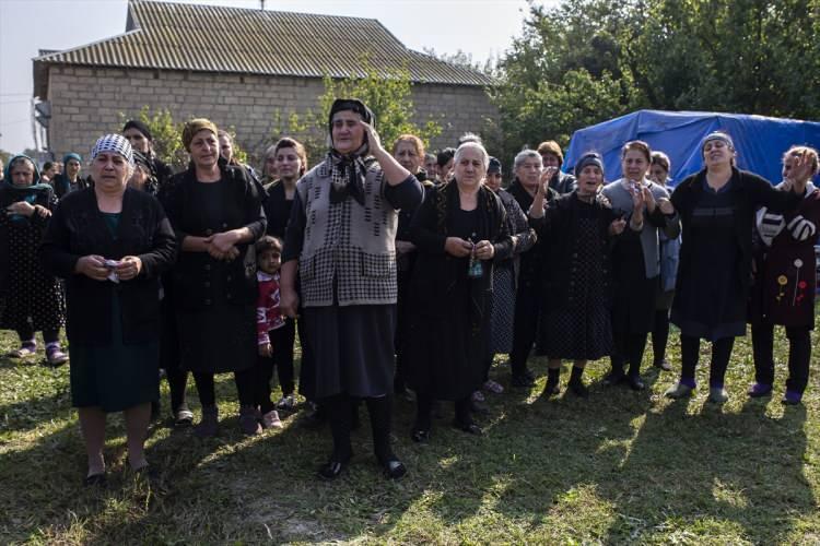 """<p>Hacıyev, """"Bir oğlu şu anda cephede ve babasının vefat ettiğinden haberi yok. Sadece babasının yaralı olduğunu söyledik."""" dedi.</p>  <p>Azerbaycan'ın haklı davasını Türk basınının dışında kimsenin aktarmadığını belirten Hacıyev, """"Azerbaycan'ın kendi topraklarını işgalden kurtarmasını gündeme getiren Türkiye'nin dışında başka bir devlet yok. Birçok İslam devleti var ancak neyi beklediklerini bilmiyorum."""" diye konuştu.</p>"""
