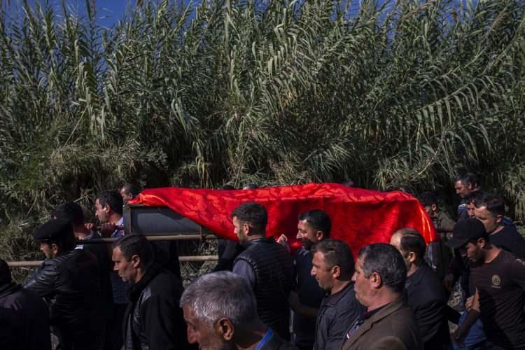 <p>Ermenistan'ın dün misket bombasıyla düzenlediği saldırıda hayatını kaybeden biri çocuk dört Azerbaycanlı sivilin cenazeleri defnedildi.</p>  <p></p>