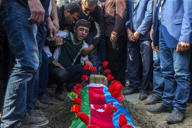 <p>Azerbaycan ordusunun, ateşkese rağmen cephenin farklı istikametlerinde gece boyuncaAzerbaycan askerlerine ve yerleşim birimlerine ateş açan Ermenistan güçlerine ciddi kayıplar verdirdiği bildirildi.</p>  <p></p>