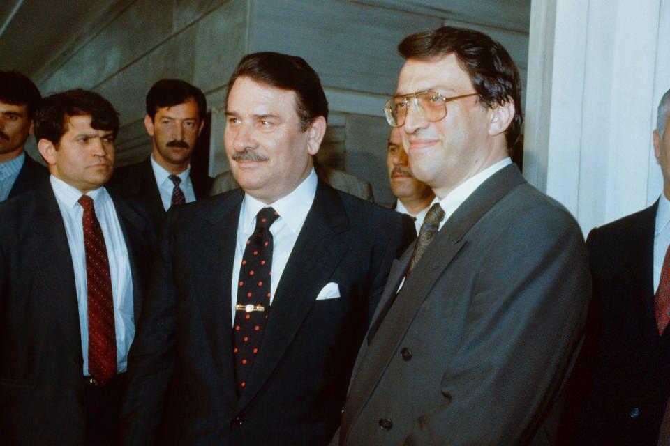 <p>Beyninde tümör saptandıktan sonra ameliyata alınan ve ameliyattan sonra tedavisi uzun süre devam eden Türkiye'nin eski başbakanlarından 73 yaşındaki Mesut Yılmaz, 30 Ekim 2020 Cuma sabahı hayatını kaybetti.<br /> <br /> <em>Fotoğraf:Mesut Yılmaz 15 Haziran ANAP Kongresinde Başbakan Yıldırım Akbulut' a karşı genel başkan seçildi. Yılmaz ertesi gün Anıtkabir'e gitti.</em></p>  <p></p>