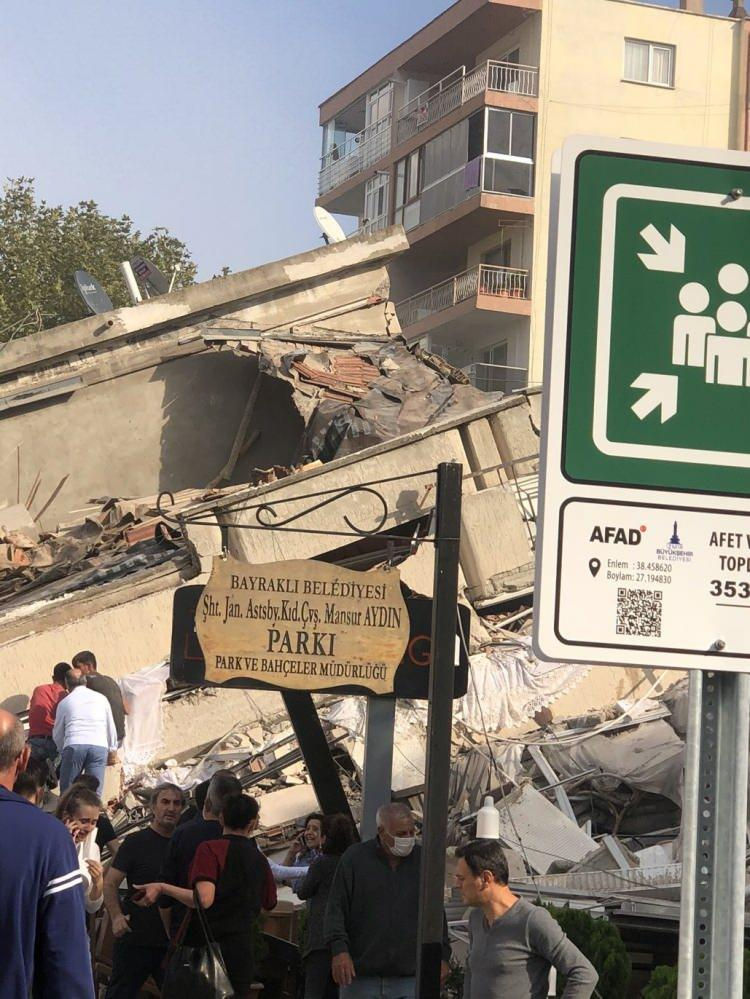 <p>İzmir kent merkezi çevre il ve ilçelerden de hissedilen depremde büyük panik yaşandı. Depremde Alsancak'ta bazı binaların yıkıldığı görüldü. Can ve mal kaybının olup olmadığının belirlenmesi için çalışma başlatıldı.</p>
