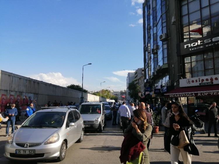 izmirde deprem sonrasi vatandaslar sokaklara dokuldu 1604060012 7754 w750 h562