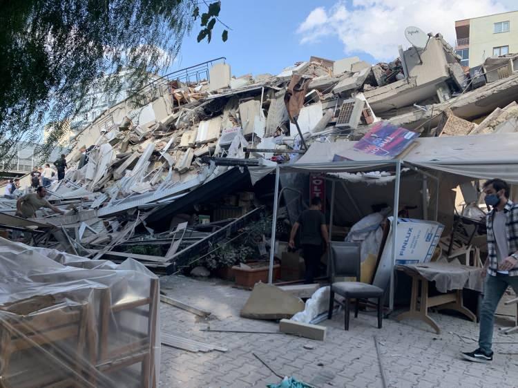 izmirde deprem sonrasi vatandaslar sokaklara dokuldu 1604060276 616 w750 h562