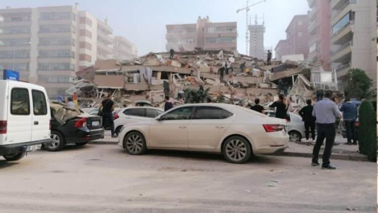 izmirde deprem sonrasi vatandaslar sokaklara dokuldu 1604060327 2902 w750 h422