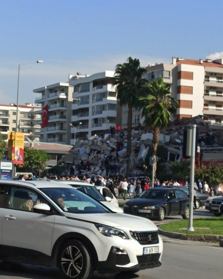 izmirde deprem sonrasi vatandaslar sokaklara dokuldu 1604060344 429 w750 h936
