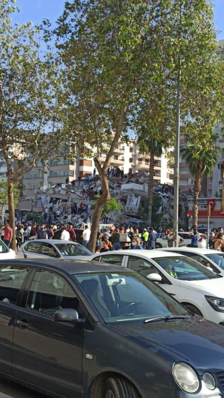 izmirde deprem sonrasi vatandaslar sokaklara dokuldu 1604060351 7473 w750 h1333