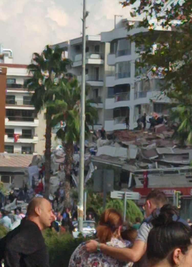 izmirde deprem sonrasi vatandaslar sokaklara dokuldu 1604060353 5992 w750 h1038
