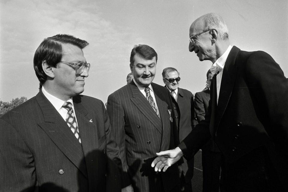<p>ANAP Genel Başkanı Yıldırım Akbulut'un istifasının ardından 1991 yılında yapılan kongrede yeni genel başkan seçilerek başbakan oldu.<br /> <br /> <em>Fotoğraf: Devlet erkanı, 29 Ekim Cumhuriyet Bayramı dolayısıyla Anıtkabir'i ziyaret etti.</em></p>