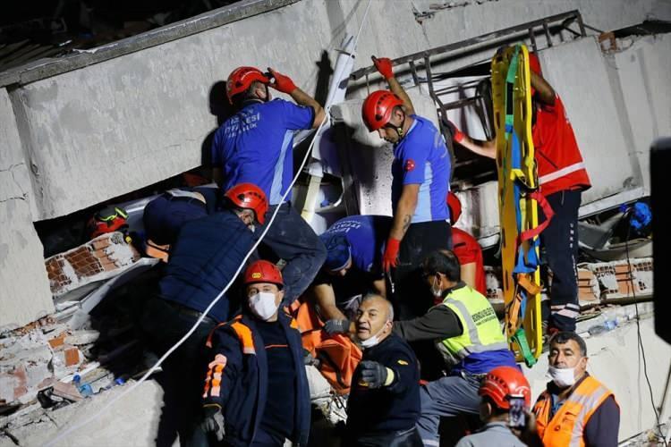 <p>Depremin ardından arama-kurtarma ekipleri vakit kaybetmeden harekete geçti. Hem İzmir'den hem de çevre illerden ekipler bölgeye sevk edildi.</p>