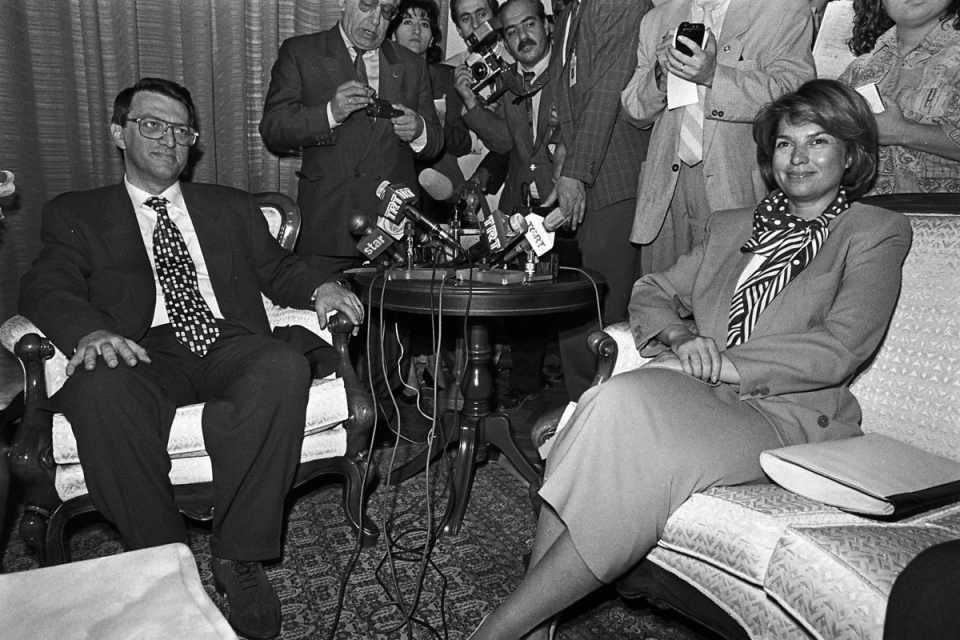 <p>2000-2002 yılları arasında DSP-MHP-ANAP koalisyonunda devlet bakanı ve başbakan yardımcısı olarak yer aldı.<br /> <br /> <em>Fotoğraf:DYP Genel Başkanı Tansu Çiller, ANAP Genel Başkanı Mesut Yılmaz'ı ziyaret etti.</em></p>  <p></p>