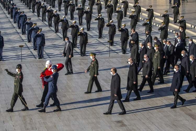 <p>Cumhurbaşkanı Erdoğan ve beraberindekiler, Aslanlı Yol'dan yürüyerek, Atatürk'ün mozolesine geldi. Heyettekilerin maske takarak, koronavirüs tedbirlerine uyduğu görüldü.</p>