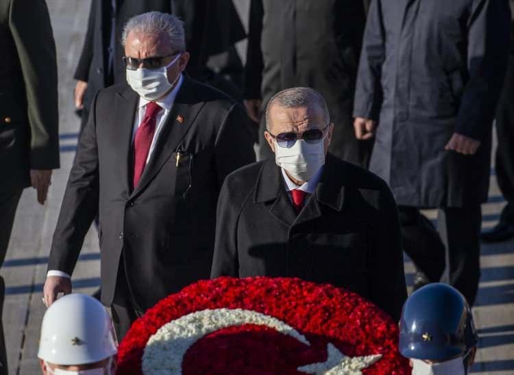 <p>Türkiye Cumhuriyeti'nin kurucusu Mustafa Kemal Atatürk, ölümünün 82'nci yıl dönümünde, Cumhurbaşkanı Recep Tayyip Erdoğan başkanlığındaki devlet erkanının katıldığı resmi törenle Anıtkabir'de anıldı.</p>