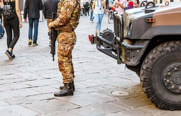 <p><strong>6. İtalya</strong></p>  <p>Toplam nüfus: 62,246,674<br /> <br /> Mevcut insan gücü: 28,011,003<br /> <br /> Toplam askeri personel: 357,000<br /> <br /> Aktif personel: 175,000<br /> <br /> Toplam hava gücü: 831<br /> <br /> Savaş tankları: 200<br /> <br /> Zırhlı Savaş Aracı: 4,000<br /> <br /> Toplam deniz varlıkları: 143<br /> <br /> Savunma bütçesi: 29,2 milyar dolar</p>