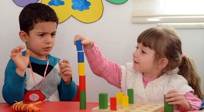 <p>Soru 5. Çocuklarını kreş ya da bakıcıya bırakmak zorunda olan ebeveynlerin çocuklar için getirilen kısıtlama saatlerinde çocuklarını getirip götürmesi mümkün müdür?</p>  <p></p>