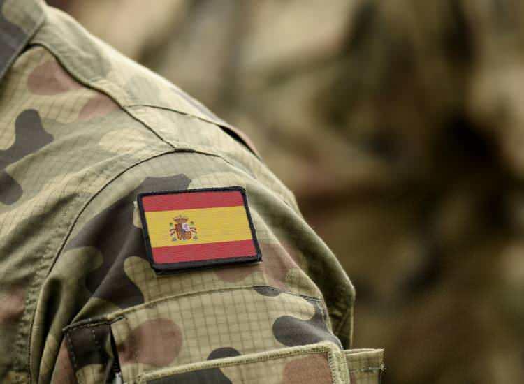 <p><strong>7. İspanya</strong></p>  <p>Toplam nüfus: 49,331,076<br /> <br /> Mevcut insan gücü: 23,136,275<br /> <br /> Toplam askeri personel: 139,500<br /> <br /> Aktif personel: 124,000<br /> <br /> Toplam hava gücü: 522<br /> <br /> Savaş tankları: 327<br /> <br /> Zırhlı Savaş Aracı: 2,040<br /> <br /> Toplam deniz varlıkları: 46<br /> <br /> Savunma bütçesi: 11,6 milyar dolar</p>
