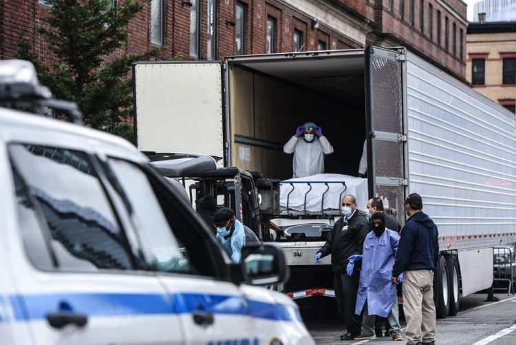 Koronadan ölen kişilerin cesetleri yaklaşık bir yıldır kamyonlarda bekliyor