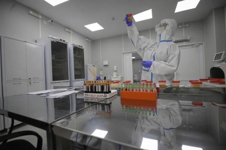 <p>Herkes merakla aşıların kullanılmaya başlanmasını bekliyor. Ancak, hükümetlerin tartıştığı başka bir konu daha var. Aşılarda öncelik kimlere verilecek? Hangi gruplar daha riskli?</p>