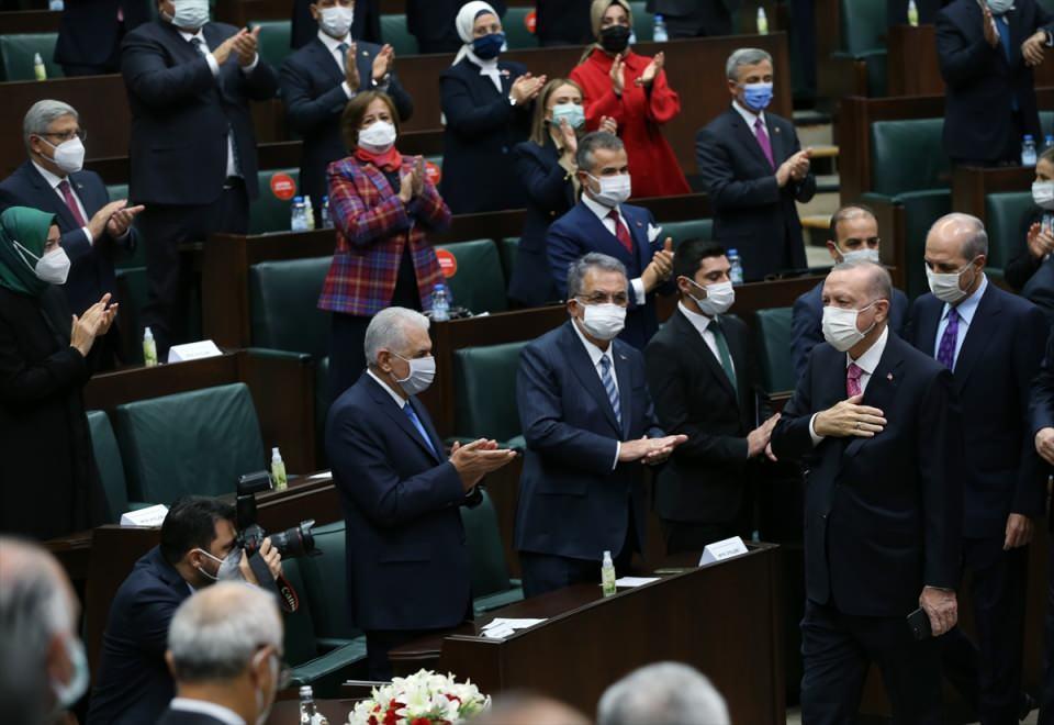 <p>Türkiye Cumhurbaşkanı ve AK Parti Genel Başkanı Recep Tayyip Erdoğan, AK Parti Grup Toplantısı'na katıldı. Erdoğan partilileri selamladı.</p>  <p></p>