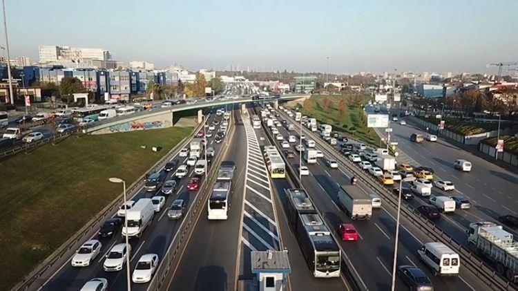 <p>Yasak öncesi kentte trafik yoğunluğu yaşanıyor. İstanbul Büyükşehir Belediyesi'nin trafik yoğunluk haritasına göre saat 17.00 sıralarında yoğunluk yüzde 71'e çıktı.<br /> </p>