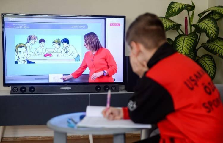 <p><strong>ANKARA</strong></p>  <p>Ankara'da, Covid-19 salgınının seyri dikkate alındığında 30 Kasım 2020- 4 Ocak 2021 tarihlerinde il genelindeki resmi anaokulu ve ana sınıfları ile uygulama sınıflarında eğitim- öğretim faaliyetlerinin uzaktan eğitim yoluyla sürdürülmesine karar verildi.</p>