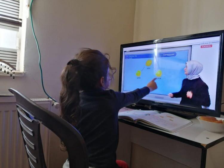 <p><strong>YOZGAT</strong></p>  <p>Yozgat'ta, koronavirüs tedbirleri kapsamında, 30 Kasım 2020- 4 Ocak 2021 tarihleri arasında il genelindeki resmi anaokulu ve ana sınıfları ile uygulama sınıflarında eğitim- öğretim faaliyetlerinin uzaktan eğitim yoluyla sürdürülmesine karar verildi.</p>
