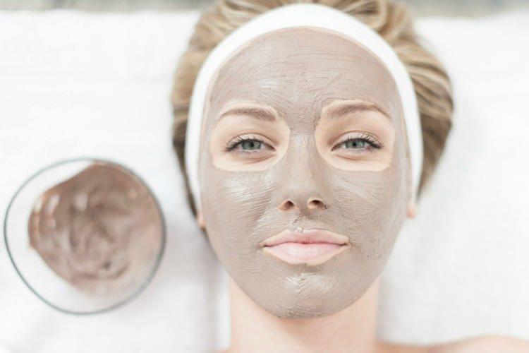 <p>Kadınların doğal bakım serüvenlerinden birisi de kil maskesidir. Doğal yapısı ile cilde ciddi faydaları olan kil maskesi evde yapılabilecek en ideal maske türüdür. Peki kil maskesi nasıl yapılır?</p>