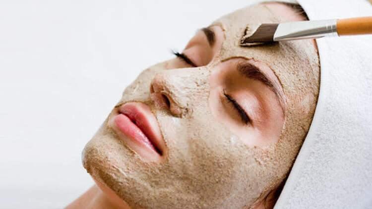 <p><strong>Kil maskesi</strong></p>  <p>Kil maskesi çok uzun yıllardır cilt bakımlarında kullanılan doğal bir maskedir. Ciltte oluşan sivilce ve aknelerin önüne geçmek, cilde ferahlık vermek ve cildi sıkılaştırmak adına ilk sıralarda gelen bir maske türüdür. Her türlü cilt tipine göre farklı kil çeşitleri bulunmaktadır. Cilt tipinize uygun ürünü kullandığınızda farkı sizler de fark edeceksiniz.</p>