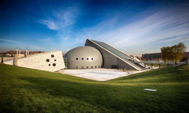 <p>AA muhabirinin derlediği bilgiye göre, temeli 23 yıl önce atılan ve yıllardır inşaat halinde bekleyen CSO'nun yeni binası Cumhurbaşkanı Recep Tayyip Erdoğan'ın talimatları, Kültür ve Turizm Bakanı Mehmet Nuri Ersoy'un yoğun çalışmalarıyla tamamlanarak yarın yapılacak görkemli bir konserle sanatseverlere kapılarını açacak.</p>