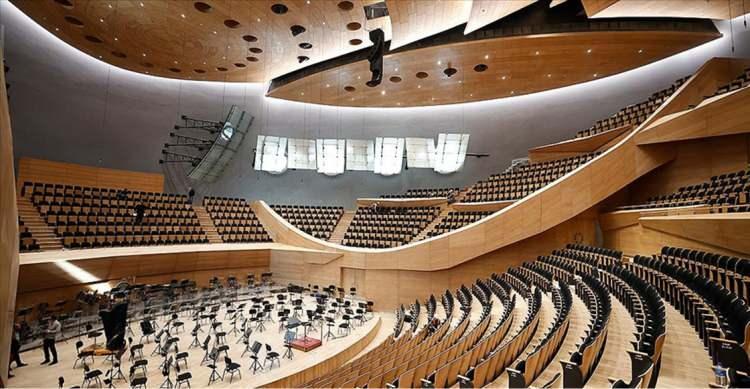 """<p>Yıllardır özlemle beklenen ve son teknolojinin kullanıldığı CSO Konser Salonu'nda, 3 Aralık'taki konserde Donizetti Paşa'nın """"Mecidiye Marşı"""", Guatelli Paşa'nın """"Aziziye Marşı"""", Wolfgang Amadeus Mozart'ın """"İki Piyano ve Orkestra İçin Konçerto""""su, Ferit Tüzün'ün """"Türk Kapriçyosu"""", Ahmed Adnan Saygun'un """"Özsoy Operası Uvertürü"""", Francesco Cilea'nın """"Del Sultano Amurate"""", Georges Bizet'nin """"Habanera"""", Ulvi Cemal Erkin'in """"Köçekçe""""si seslendirilecek. 3 Aralık'taki bu konser sadece davetlilere açık olacak.</p>  <p></p>"""