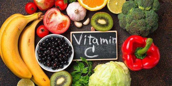 <p><strong>C VİTAMİNİ KORONAVİRÜSE KARŞI KALKAN OLUYOR</strong></p>  <p>En temel koruyucularımızdan olan C vitamini, suda eriyen ve vücudumuzda depolanamayan bir vitamin olduğu için günlük olarak almamız gerekiyor. Yetişkin bir bireyin günlük ortalama 90 mg C vitamini alması gerekiyor. Yüksek miktarda C vitamini içeren besinler;</p>  <p></p>