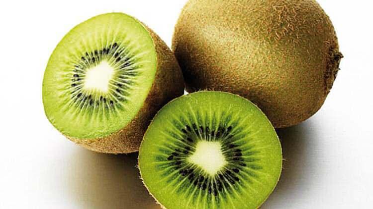 <p><strong>Kivi</strong>: Doğal olarak folat, potasyum, K vitamini ve C vitamini de dahil olmak üzere bir ton temel besin maddesi ile doludur.</p>  <p></p>