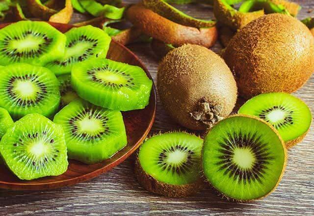 <p><strong>Kivi</strong><br /> <br /> Yeşil meyvelere en güzel örnek kivi olacaktır. Portakal ve mandalinadan daha fazla C vitamini içerek bu meyve vücut direncinin korunmasında oldukça etkilidir. Ayrıca diğer yeşil bir meyve olan elma, E ve C vitamini, folik asit, pektin ve flavonoid içerir.</p>