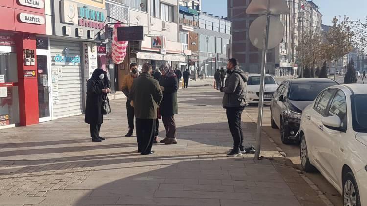 <p>Depremin ardından Elazığ merkezde vatandaşlar sokağa çıktı.</p>