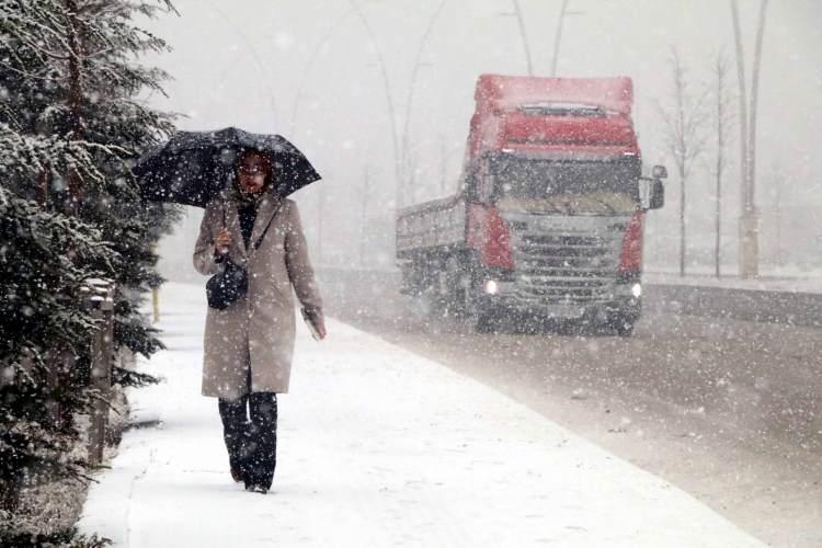<p><strong>HAVA SICAKLIĞI:</strong> Marmara ile Ege'de 2 ila 4 derece artacağı, Karadeniz kıyılarında 1 ila 3 derece azalacağı, diğer yerlerde önemli bir değişiklik olmayacağı, Ülkemiz genelinde mevsim normallerinin 4 ila 10 derece üzerinde seyretmeye devam edeceği tahmin ediliyor.</p>