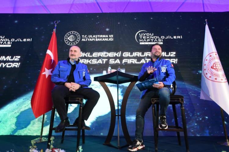 """<p>Türksat 5A uydusunun yıllar süren çalışmanın bir sonucu olduğunu söyleyen, fırlatmanın başarılı geçmesinden dolayı hem mutlu hem de gururlu olduklarını dile getiren Bakan Karaismailoğlu, """"İnşallah bunun peşinden 5B ve 6A gelecek. Ülkemiz ulaştırma ve altyapıdaki bütün başarılı çalışmalarına uzayda da devam ediyor. Uzay vatanda da bütün dünyaya gücümüzü ve varlığımızı hissettiriyoruz.</p>"""