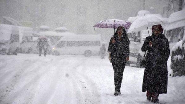 <p>Türkiye'de, yarından itibaren kuzey ve batı bölgelerde yağmur görülecek. Yağışların çarşamba gününden itibaren ülke geneline yayılması, iç kesimlerde Ankara başta olmak üzere karla karışık yağmur ve kar yağışı şeklinde görülmesi bekleniyor.</p>