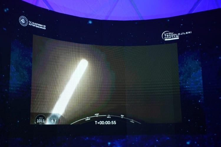 <p>Bakan Karaismailoğlu, fırlatmadan 35 dakika sonra ayrılmanın gerçekleştiğini ve ilk sinyalin alındığını kaydederek, Türksat 5A uydusunun yolculuğuna devam ettiğini söyledi.</p>