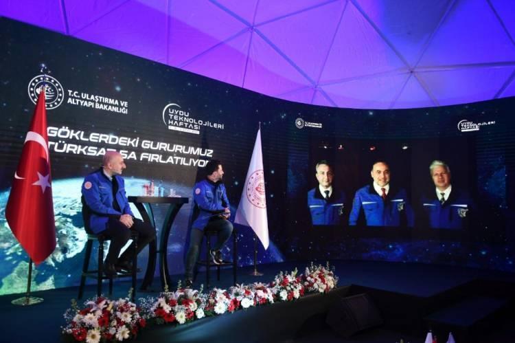 <p>Ulaştırma ve Altyapı Bakanı Adil Karaismailoğlu, Türksat Genel Müdürlüğünde düzenlenen Türksat 5A uydusunun fırlatma törenine katıldı.</p>