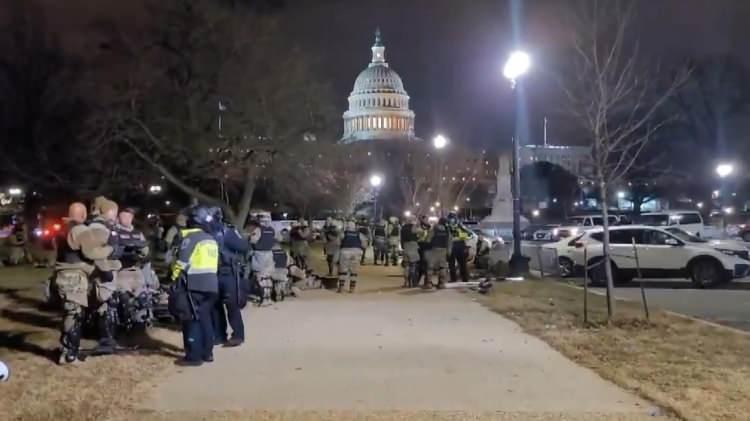 """<p>ABD Başkanı Donald Trump'ı destekleyen bazı grupğlar, ABD Kongresi'nde Seçiciler Kurulu oylarının sayıldığı ve 3 Kasım 2020'deki başkanlık seçimlerinin sonuçlarının resmileştiği Kongre oturumu sonrasında Kongre binasını işgal etti. Polisle ve Trump destekçileri arasında çıkan olaylar dünya basınında kendine manşetlerde yer bulurken, dünya manşetlerinde """"ABD'de anarşi"""", """"Trump'ın nefret çetesi Kongre'yi işgal etti"""", """"Utan!"""" ve """"Trump taraftarlarından demokrasiye tehdit"""" başlıklarıyla duyuruldu.</p>  <p></p>"""