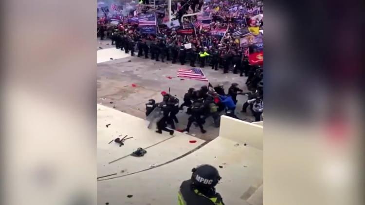 <p>TRUMP ÇETESİ DÜNYA MANŞETLERİNDE</p>  <p>ABD'de 3 Kasım 2020'deki başkanlık seçim sonuçlarının resmen tescil edileceği Kongre oturumu başladıktan kısa bir süre sonra Trump destekçileri polis barikatını aşarak Kongre binasına girdi. Olaylar üzerine ABD Kongre binası kapatıldı, Washington'da sokağa çıkma yasağı ilan edildi. Yaşanan olaylarda 4gösterici hayatını kaybetti, 52 kişi ise gözaltına alındı.</p>  <p>Söz konusu olay dünya basınında geniş bir yer buldu;</p>