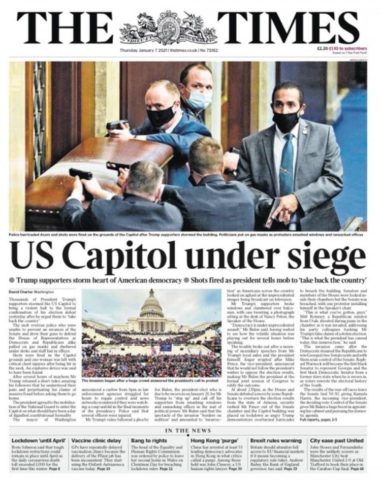 """<p>The Times gazetesi, Trump destekçilerinin Amerikan demokrasinin kalbini işgal ettiğini belirterek, manşetinde """"ABD Kongresi kuşatma altında"""" ifadelerini kullandı.</p>"""