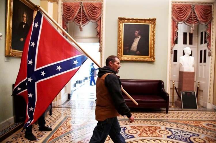 <p>ABD içsavaşında güneylilerin bayrağı Kongre koridorlarında taşındı.</p>