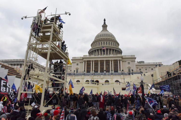 <p>ABD'nin başkenti Washington'da gösteri düzenleyen Trump destekçilerinden bazıları polis barikatını aşarak Kongre binasına girdi.</p>  <p>ABD'de Başkan Donald Trump'ın seçim sonuçlarını protesto ettiği miting sonrası Cumhuriyetçi seçmenler, sokaklarda gövde gösterisi yaparken, büyük bir kalabalık da Kongre Binası'na yürüdü.</p>  <p></p>