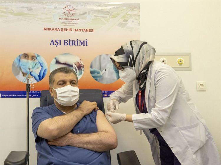 <p>Sağlık Bakanı Fahrettin Koca'nın ilk aşıyı olmasıyla Türkiye'de aşılanma süreci başladı. Sağlık Bakanlığı tarafından hazırlanan 'Covid-19 aşısı bilgilendirme platformu'nda vatandaşların aşı süreciyle ilgili merak ettiği sorulara yer verildi.</p>