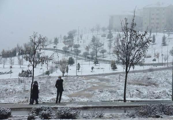 <p>Bu sabah başlayan kar yağışıyla Odunpazarı ilçesine bağlı kentin yüksek kesimlerinde yer alan Çankaya, Yenikent, Vadişehir Mahalleleri beyaza büründü. Kent merkezinde ise kısa süre yağmur etkili oldu.</p>